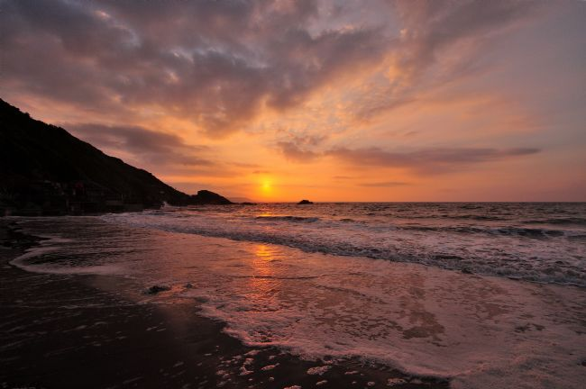 Rosie Spooner | Looe Beach at sunrise in South East Cornwall