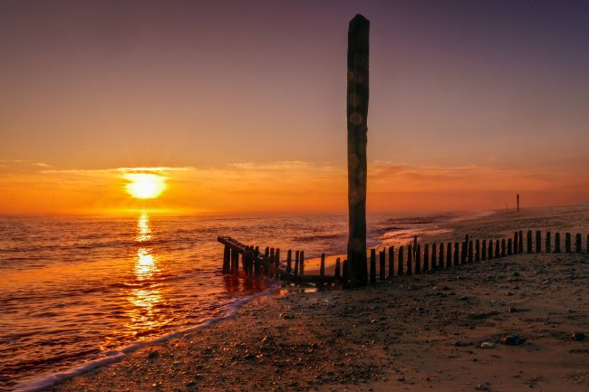 Stephen Mole | Sunrise over the groynes at Caister