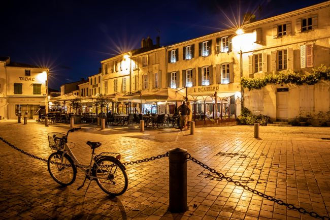 Roger Hollingsworth | Restaurants around La Flotte Harbour at Night