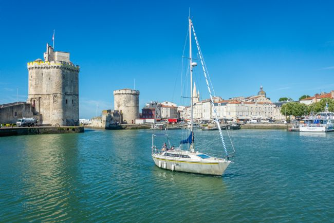 Stephen Rennie | A yacht sailing into la Rochelle yachting marina